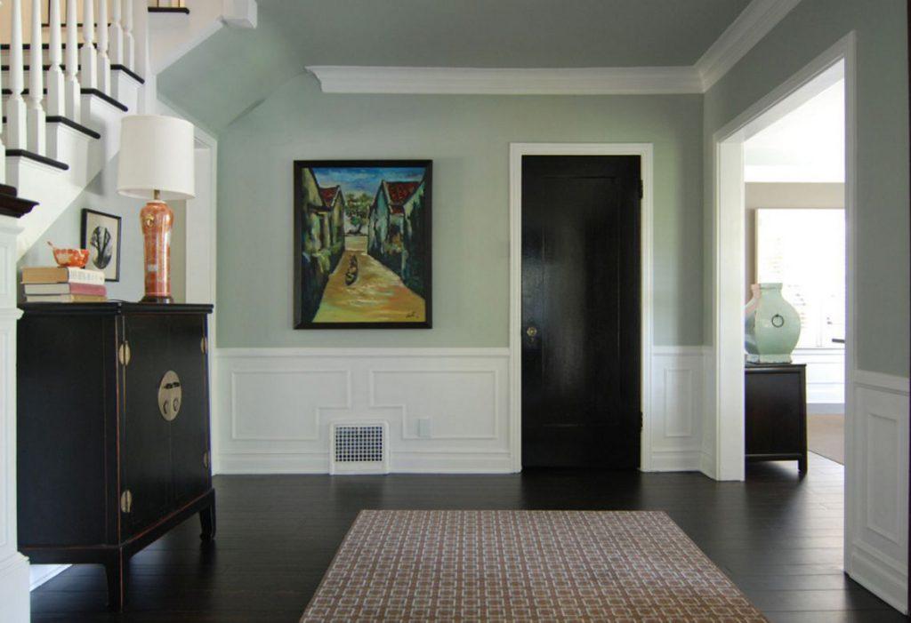 Темные двери и пол в интерьере