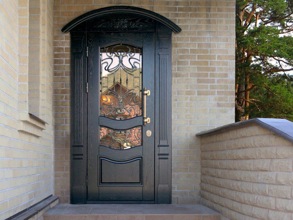 Входные двери со стеклом в частный дом