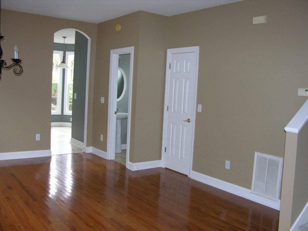 Белые двери и коричневый пол
