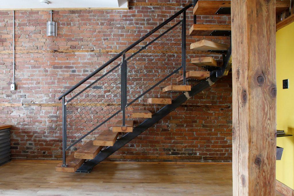 Лестница с решетчатыми перилами в частном доме
