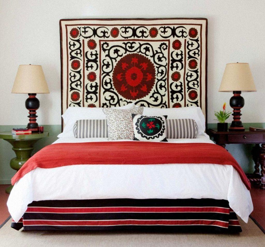 Декоративный коврик на стене в спальне