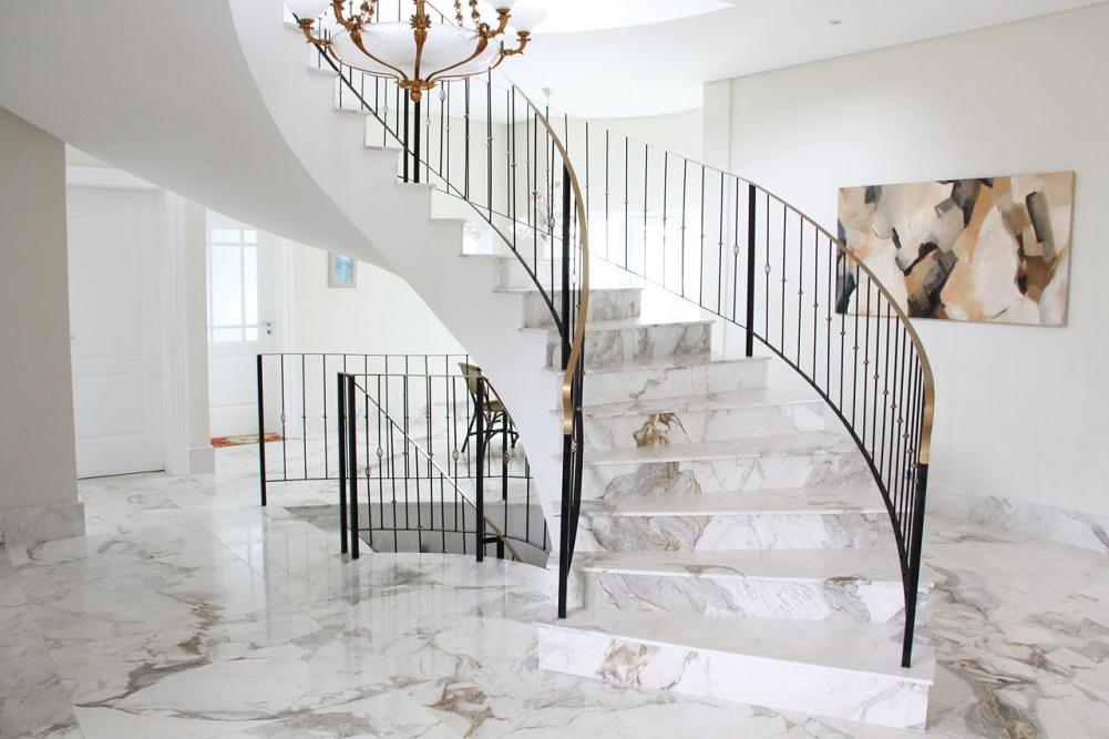 Мраморная лестница на второй этаж для коттеджа