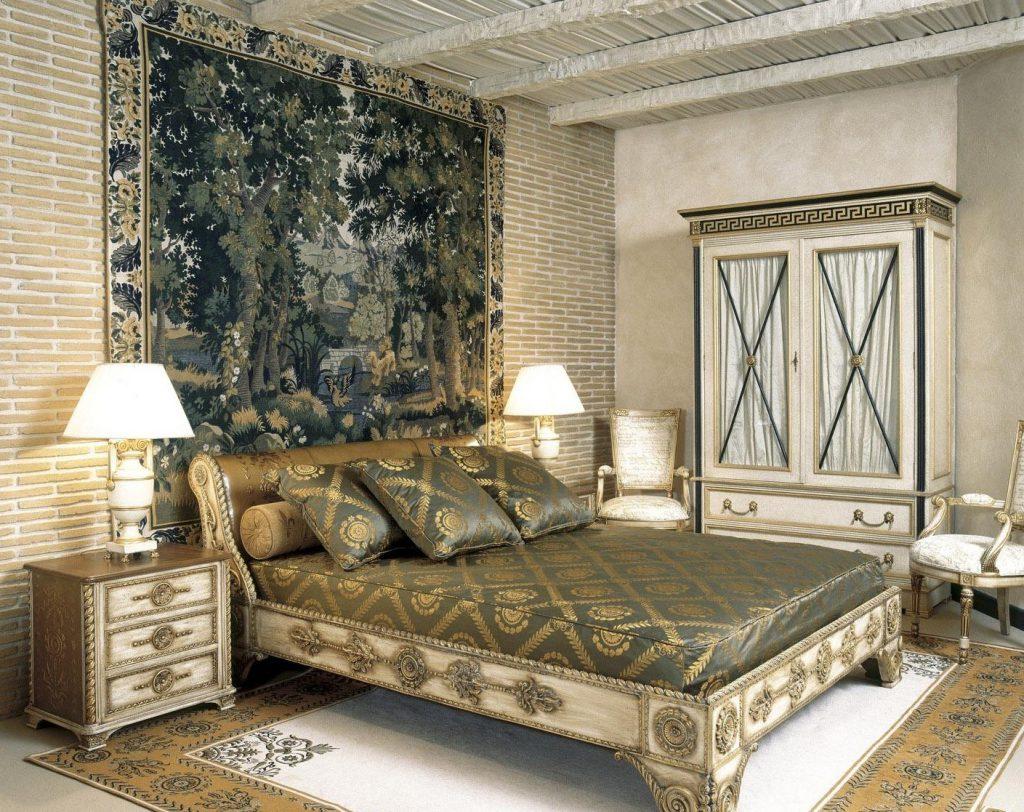 Ковер на стене в спальне классического стиля