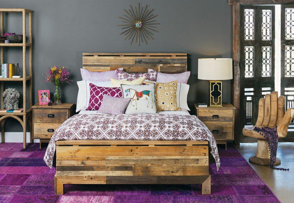 Фиолетовый ковер в спальне
