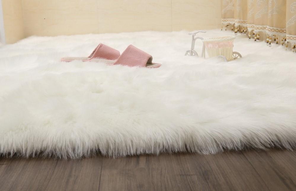 Пушистый ковер из натуральной шерсти в спальне