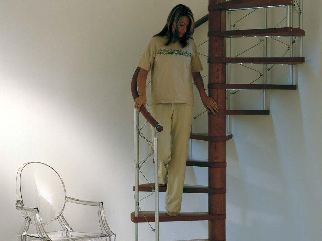 Компактная винтовая лестница на второй этаж