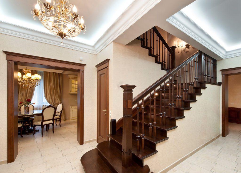 Классическая лестница на второй этаж для частного дома