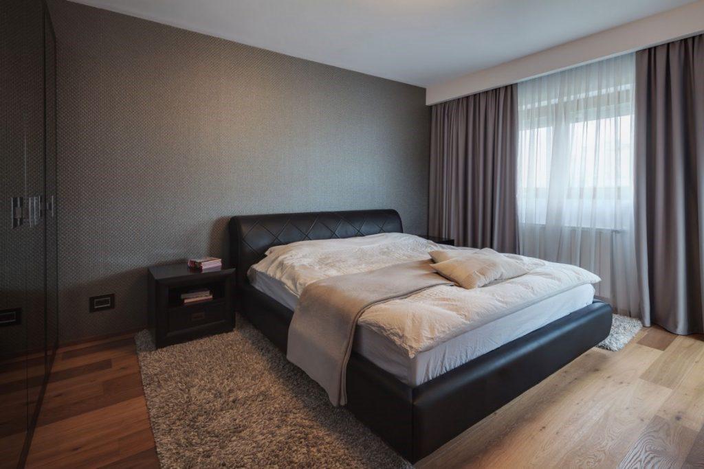 Расположение ковра сбоку от кровати