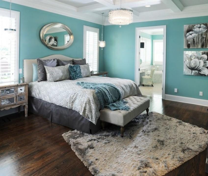 Ассиметричное расположение ковра в спальне