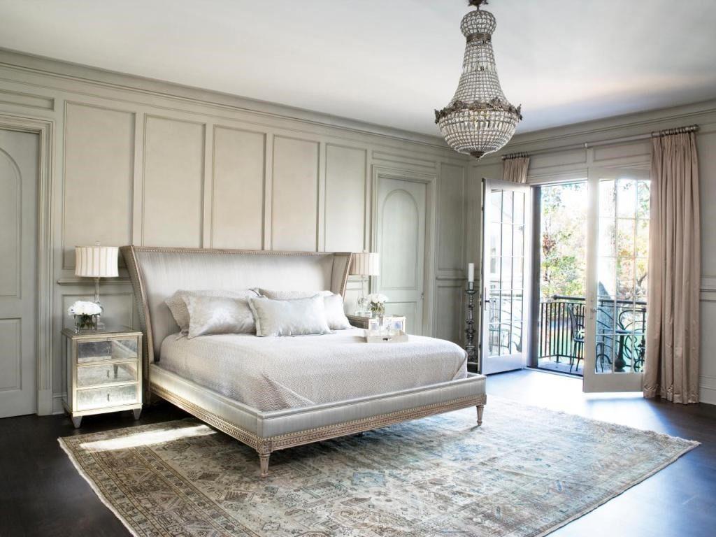 Ковер в интерьере спальни в классическом стиле