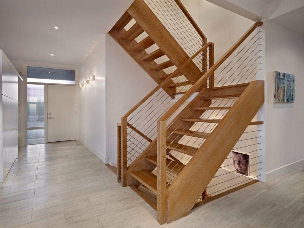 Деревянная двухмаршевая лестница с площадкой