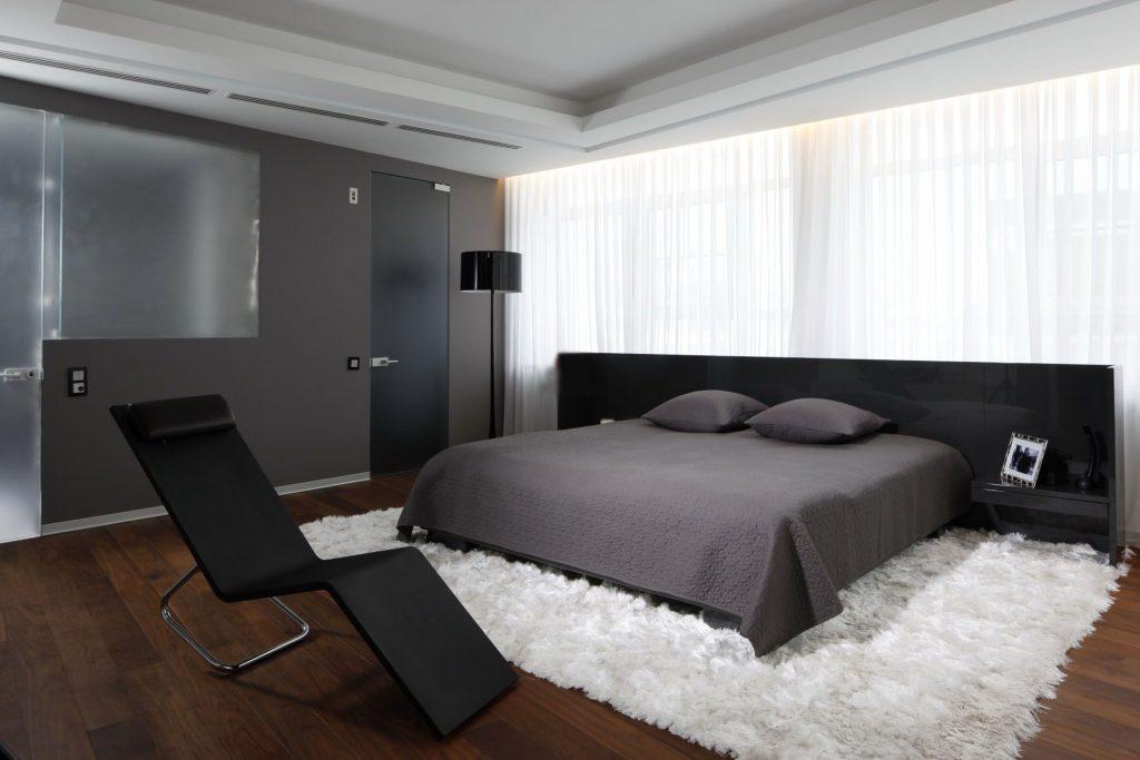 Белый ковер в интерьере спальни
