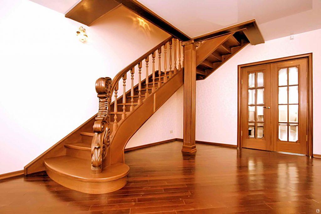 Красивая лестница на второй этаж для частного дома