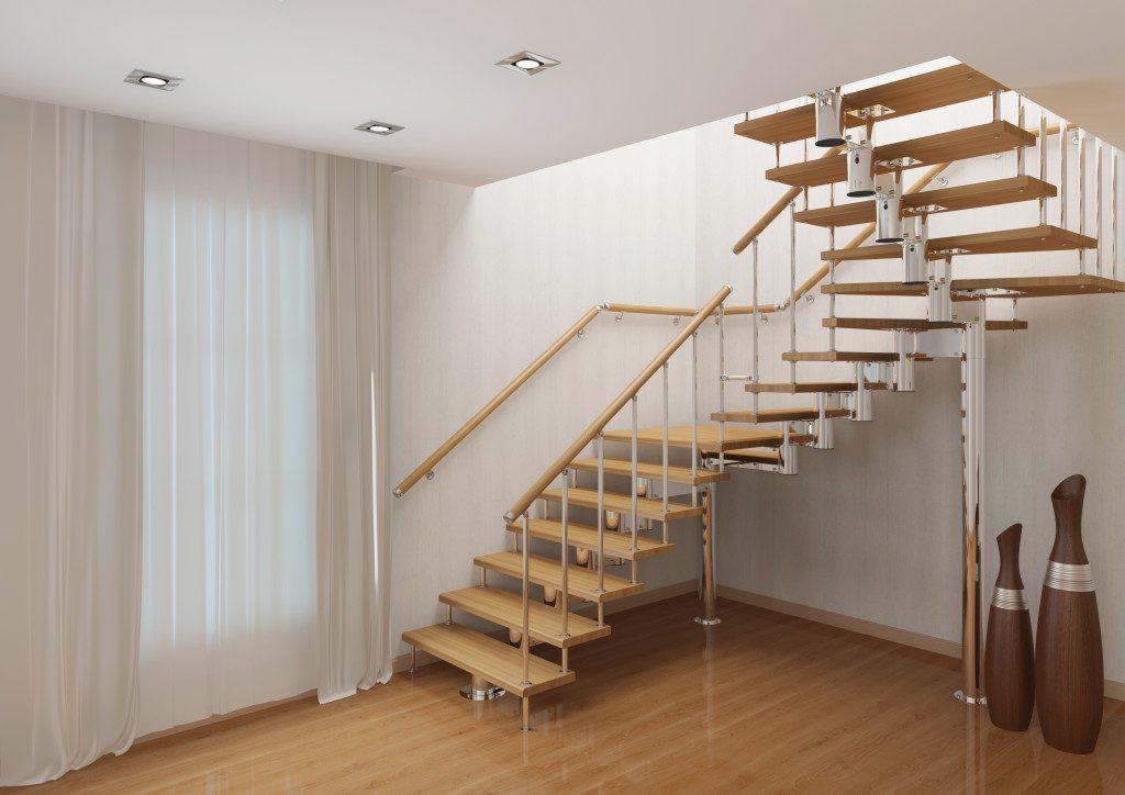 Маршевая поворотная лестница на второй этаж