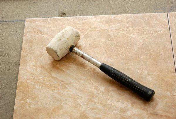 Самостоятельная укладка напольной плитки в кухне в фото