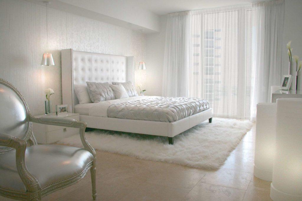 Белый ковер в интерьере спальни классического стиля