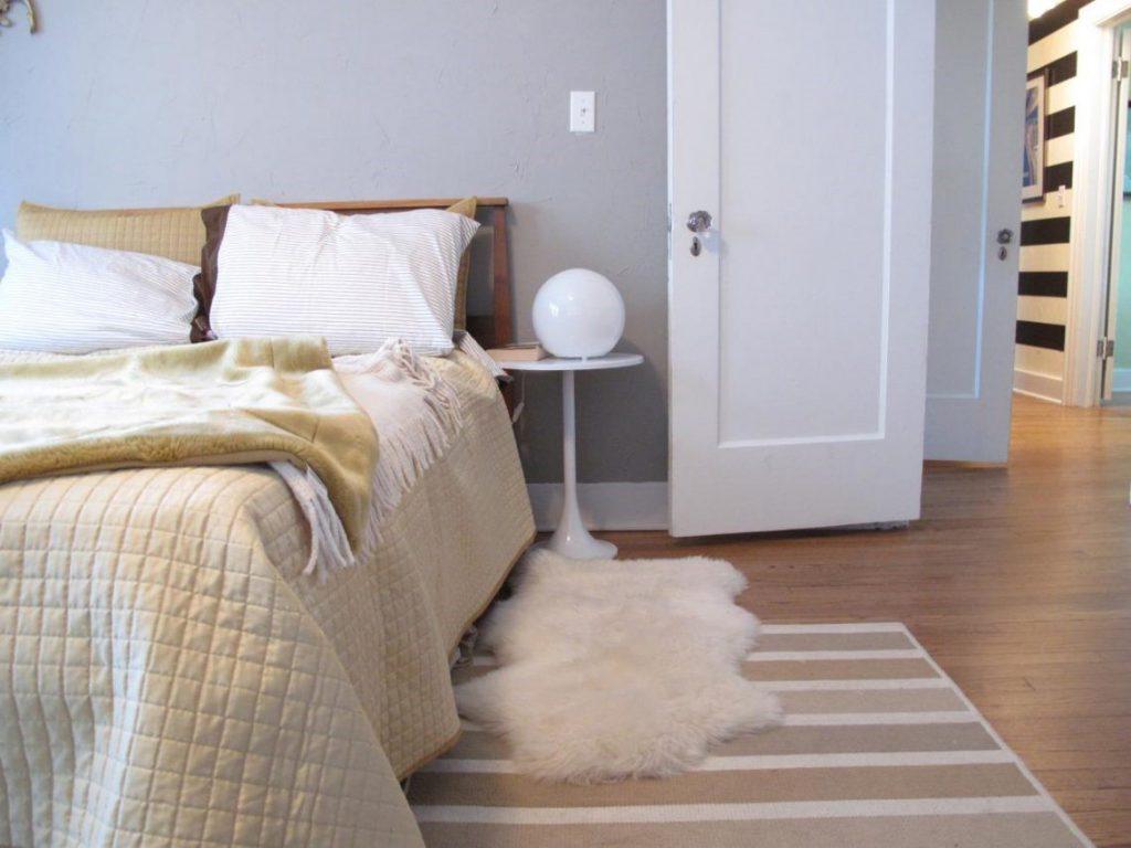 Маленький прикроватный коврик в спальне