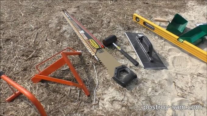 Можно использовать обычную строительную кельму и зубчатый шпатель.