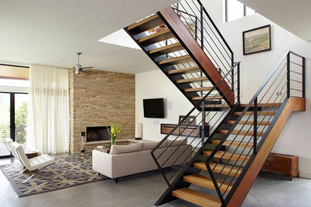 Маршевая лестница в центре комнаты