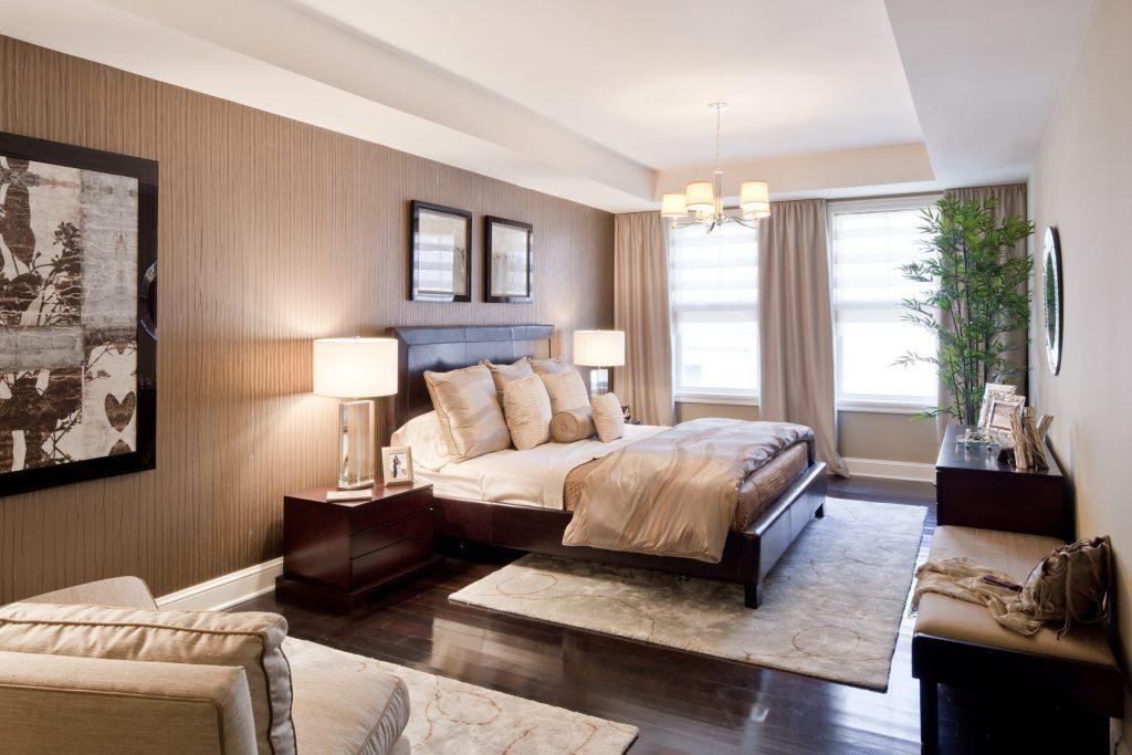 Светлый ковер и темный пол в спальне