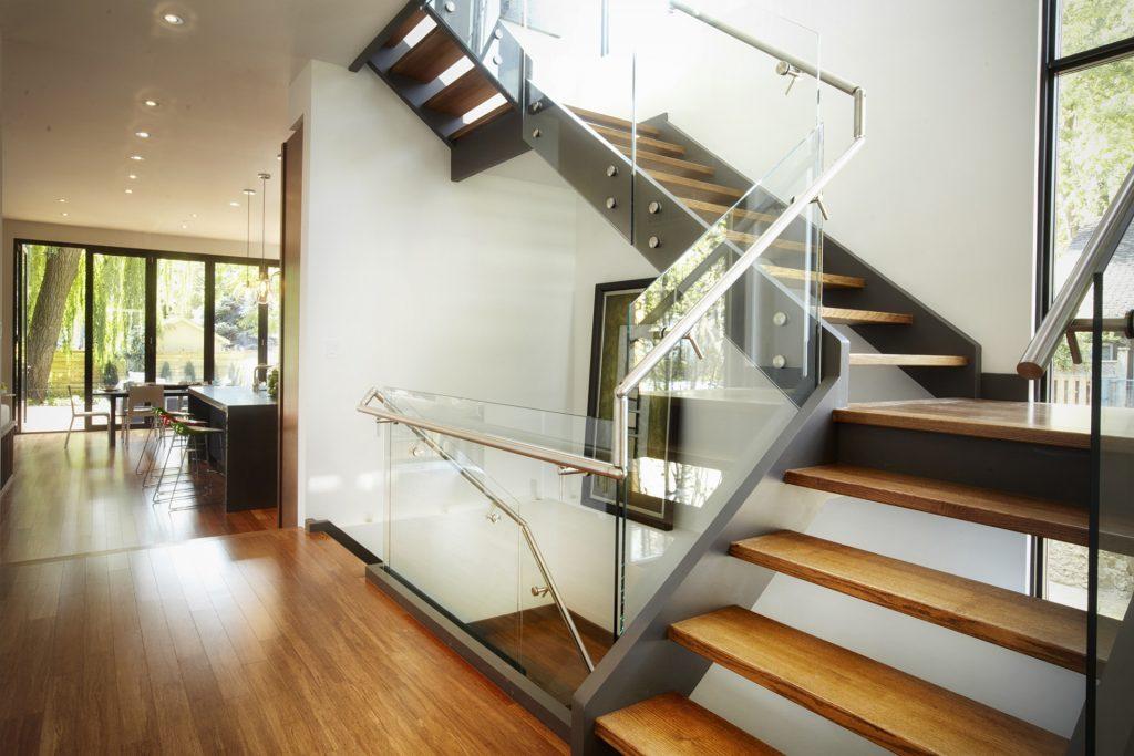 Лестница на второй этаж со стеклянными перегородками