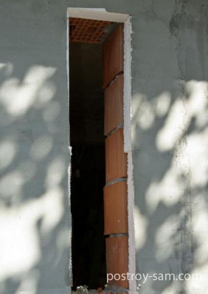 Кладка стеклоблоков в оконном проеме в фото