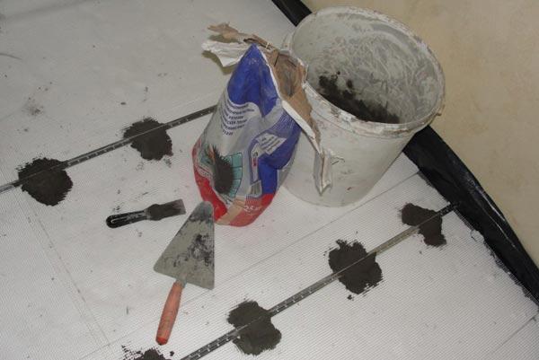 Укладка полусухой стяжки пола в фото