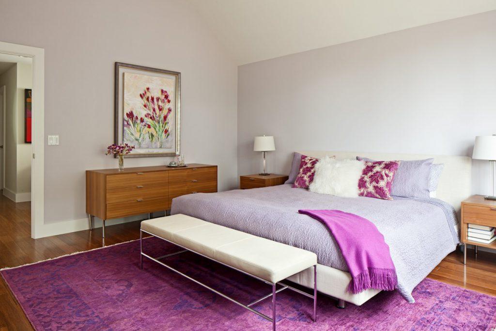 Яркий ковер в интерьере спальни