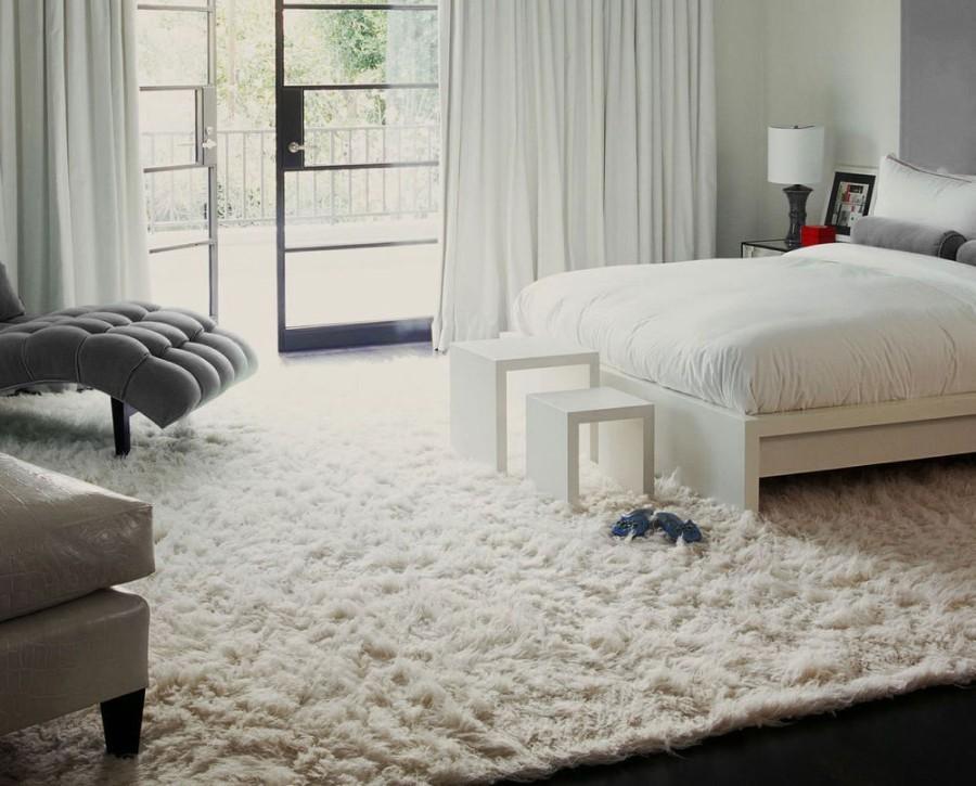 Мягкий и пушистый ковер в спальне