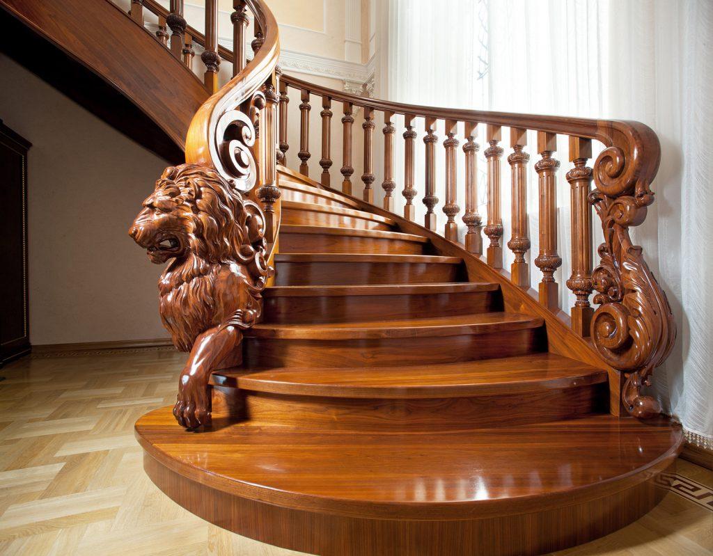 Деревянная лестница на второй этаж со скульптурной резьбой