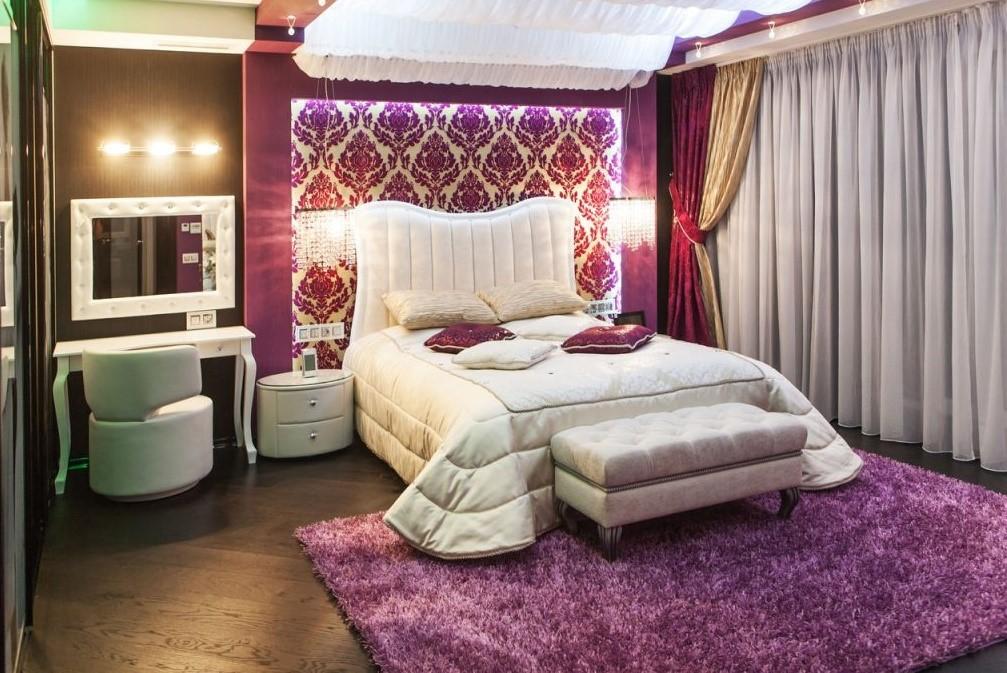 Сиреневый ковер в интерьере спальни