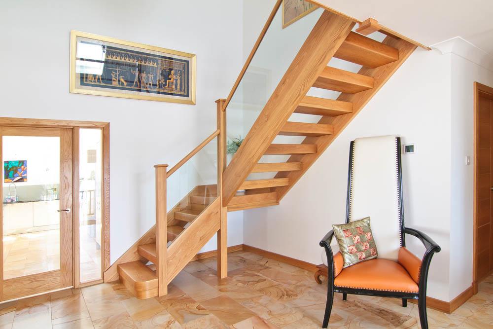 Безопасная лестница для загородного дома
