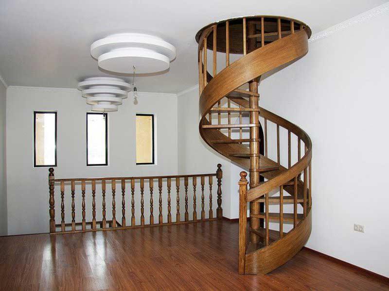 Винтовая лестница на второй этаж из дерева