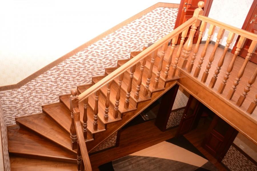 Маршевая деревянная лестница в частном доме