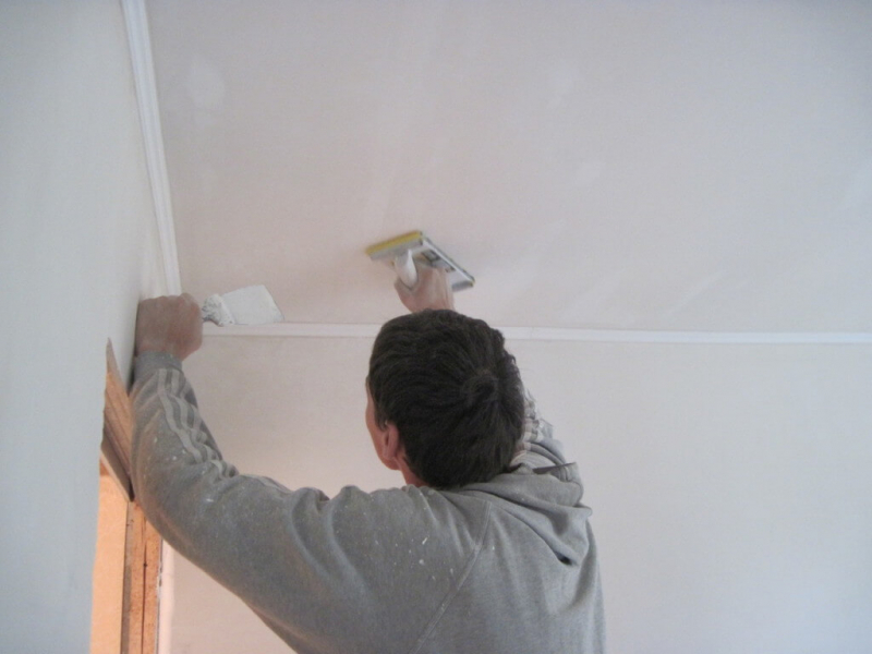 Как прошпаклевать потолок своими руками 29