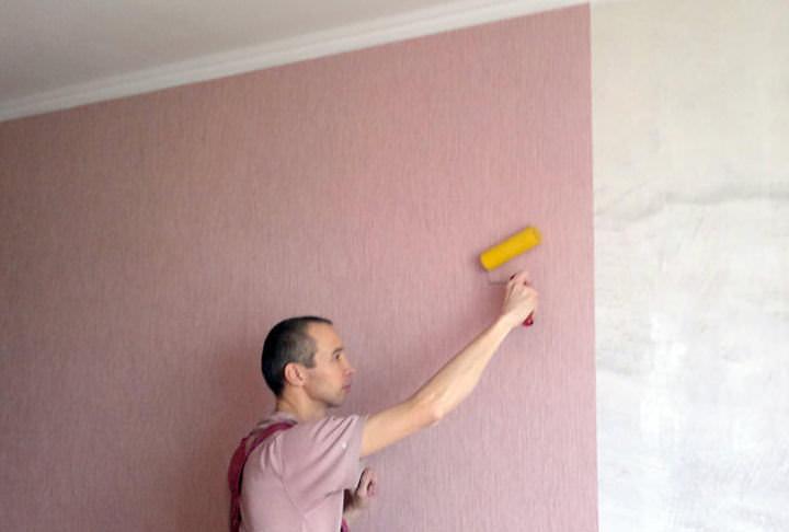 Нужно ли грунтовать стену перед поклейкой виниловых обоев 12