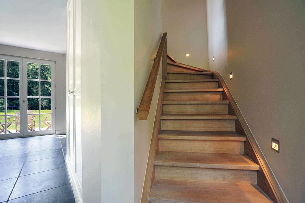 Лестница вдоль стен
