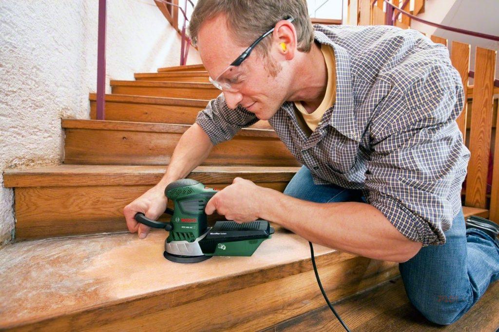 Шлифовка деревянной лестницы перед окрашиванием