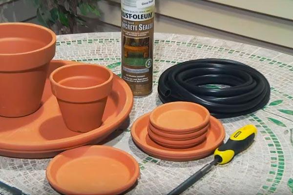 Мини-фонтан своими руками из глиняных горшков и тарелок в фото