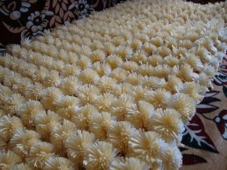 Плетем коврик своими руками: 3 способа — из ниток, косичек и помпонов в фото
