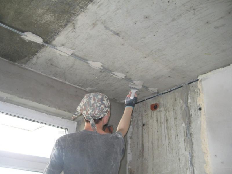 Как прошпаклевать потолок своими руками 49