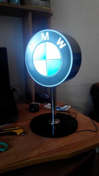 Самодельный настольный светильник «BMW» в фото