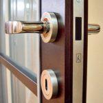 Магнитный замок на дверь — правила выбора врезного замка для межкомнатной двери в фото