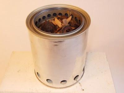 Легкая самодельная походная печка из консервных банок в фото