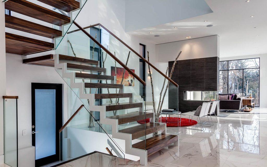 Двухмаршевая лестница в стиле хай-тек