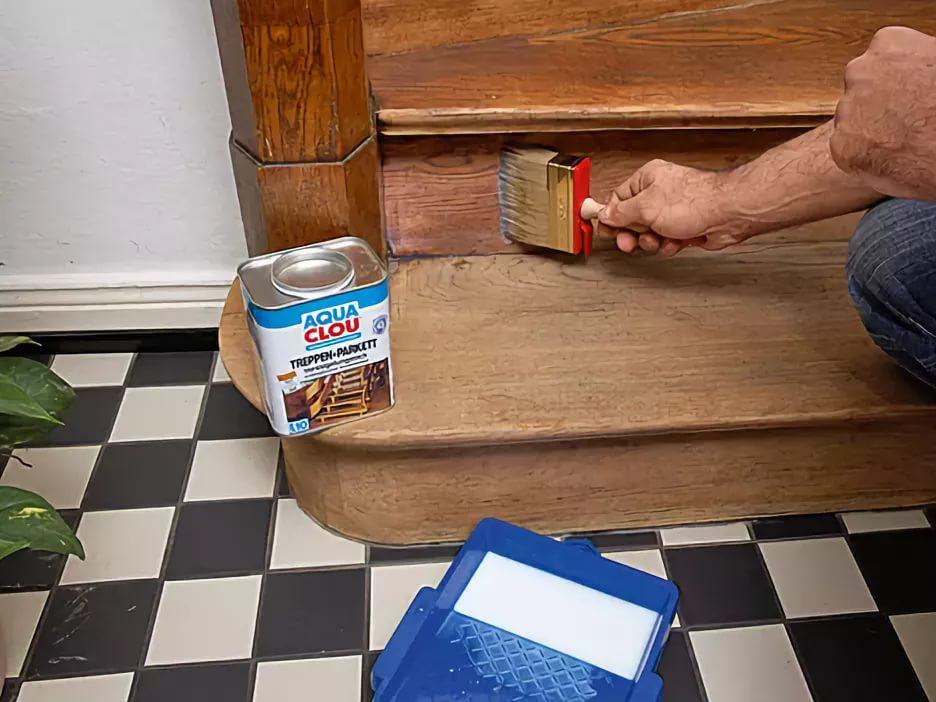 Грунтовка деревянной лестницы