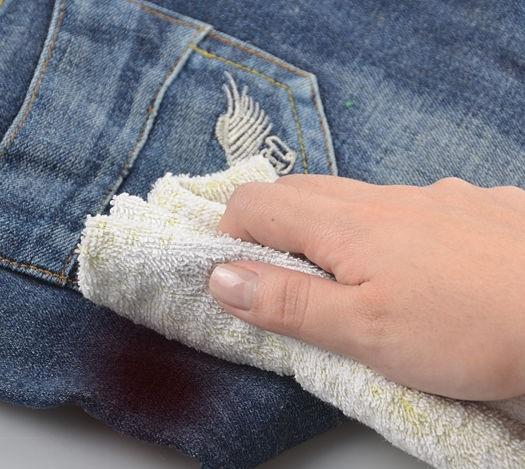 Чем можно вывести пятно от вина на джинсах фото
