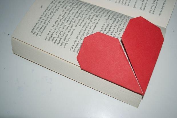 Закладка оригами в форме сердца в фото