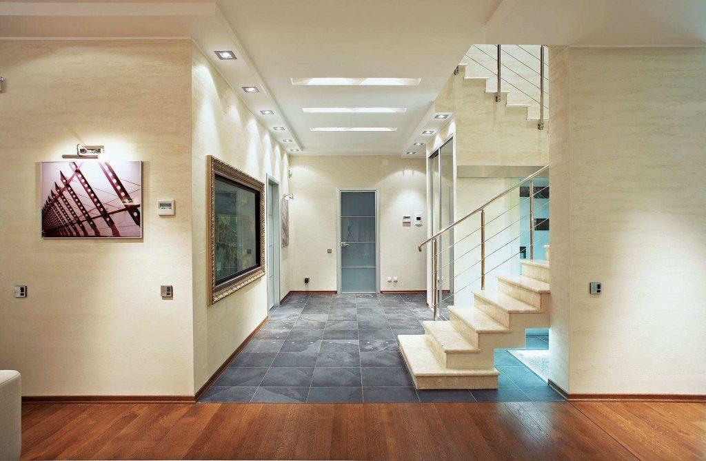 Дизайн длинного коридора с лестницей