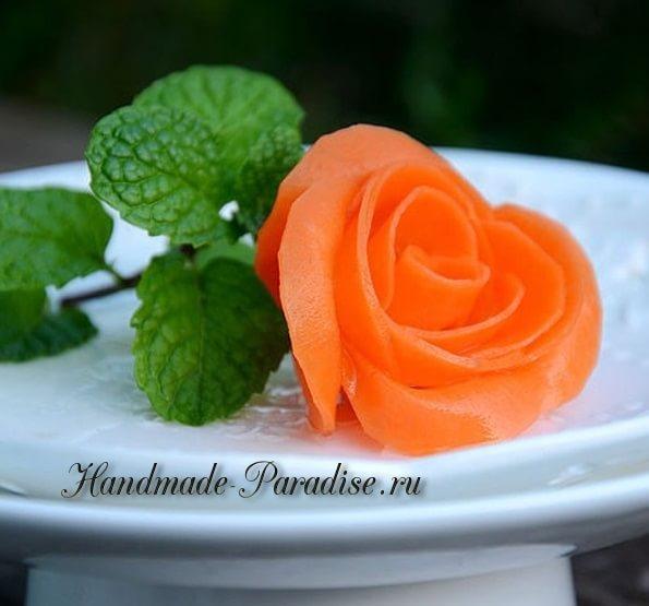 Роза из морковки для праздничной сервировки стола в фото